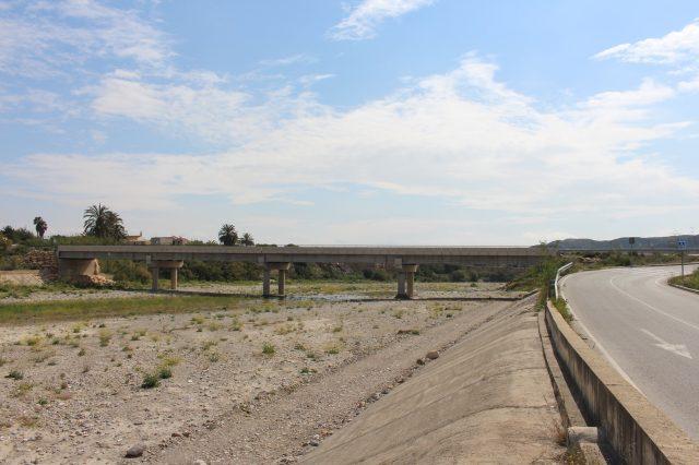 Carretera y puente sobre río Almanzora